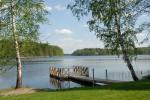 Laiturilta on mukava pulahtaa järven vilpoisaan syleilyyn. Laiturin viereinen ranta on turvallinen pikkuväelle.
