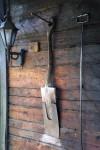Vanha lapio koristaa saunan seinää.