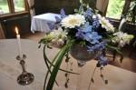 Kukka-asetelma kruunaa juhlapöydän kattauksen.