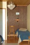 Merikarhun kahden henkilön huoneissa on wc ja tv sekä mahdollisuus lämmittää alakerran sähkösaunaa. Saunan yhteydestä löytyvät suihkutilat.
