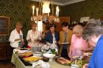 Retkiryhmät syövät usein lounaan tai päivällisen kartanon seisovasta pöydästä.