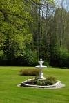 Pittoreski suihkulähde kruunaa kartanon puutarhan.