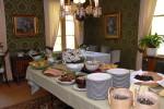 Kaunis ruokasali virittää tunnelman rauhaisaan ruokailuhetkeen.