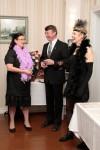 Inkalan Kartanon emäntä Leila Ylitalo (vasemmalla) toivottaa vieraat tervetulleiksi.