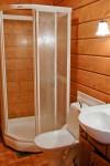 Karhunpesän yläkerran majoitustiloissa on kylpyhuoneet.