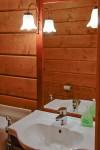 Karhunpesän yläkerran majoitustiloissa on omat toiletit.