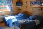 Sinisävyiseen makuuhuoneeseen on mukava majoittua.