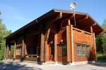 Komea Karhunpesä on sekä kokous- että majoitustila. Alakerrassa palaveerataan ja yläkerrassa yövytään.
