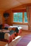 Majoitustiloissa on mukavat vuoteet, oma kylpyhuone ja tv.