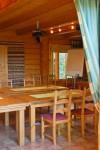 Karhunpesän alakerrassa on kokoustilaa ja yläkerrassa majoitustilaa.