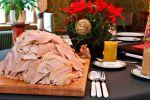 Perinteinen joulukinkku saa veden kielelle. Kinkun kanssa tarjoamme itse tehtyä sinappia. Kuva: Anna-Reetta Nuorala