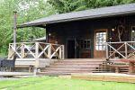 Inkalan Kartanon rantasaunassa on kaksi saunaa: savusauna ja perinteinen puusauna. Lisäksi tilavassa saunatuvassa kelpaa istua iltaa tai vaikka kokoustaa. Kuva: Tia Yliskylä