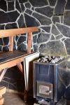 Rantasauna lämpiää Inkalan Kartanon savusaunan vieressä. Perinteinen puusauna antaa lempeän lämmön. Kuva: Tia Yliskylä