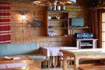 Inkalan Kartanon saunatuvassa voi istua iltaa tai järjestää vaikka kokouksen. Äänentoistolaite ja tv kuuluvat varusteisiin. Kuva: Tia Yliskylä