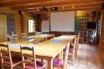 Karhunpesässä on kokoussali. Lisäksi on pari ryhmätyötilaa, keittiö, sauna ja majoitustilaa. Kuva: Tia Yliskylä