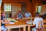 Uudenmaan Yrittäjien kokouksen tauolla kahviteltiin ja nautittiin Inkalan Kartanon herkullisia leipiä. Kuva: Tia Yliskylä