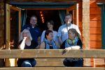 Uudenmaan Yrittäjien iloinen porukka teki hyviä päätöksiä kokouksessaan Karhunpesässä. Kuva: Tia Yliskylä